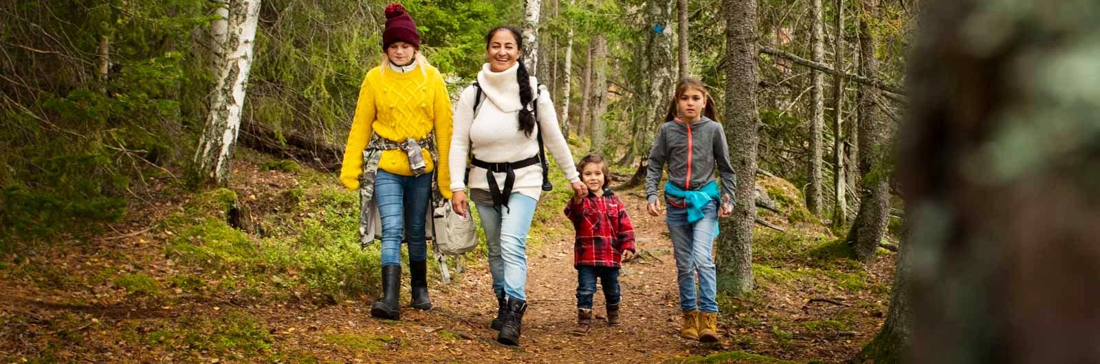 Barnfamilj vandrar längs Hälsingeleden