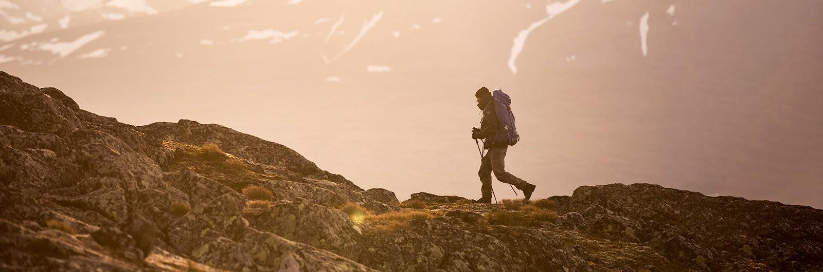 man vandrar hemavan-ammarnäs längs kungsleden