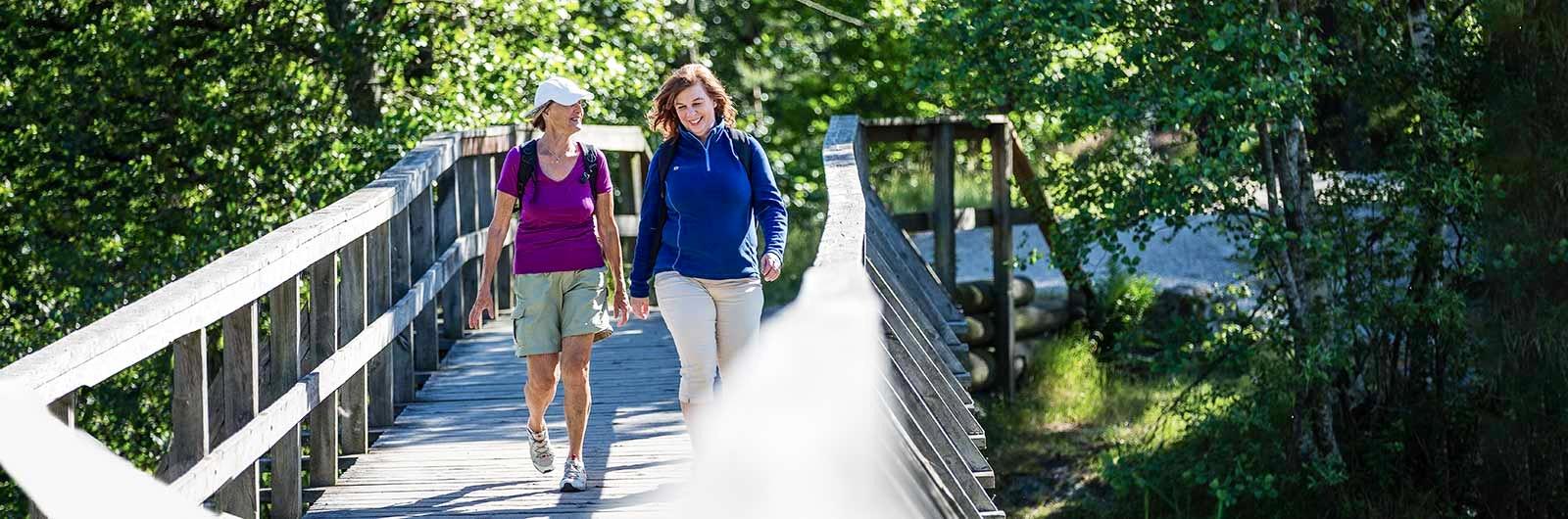 Kvinnor på bro längs Signaturled Norra Sörmland