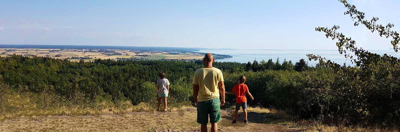 Familj njuter av utsikt vid Vättern och Signaturled Omberg