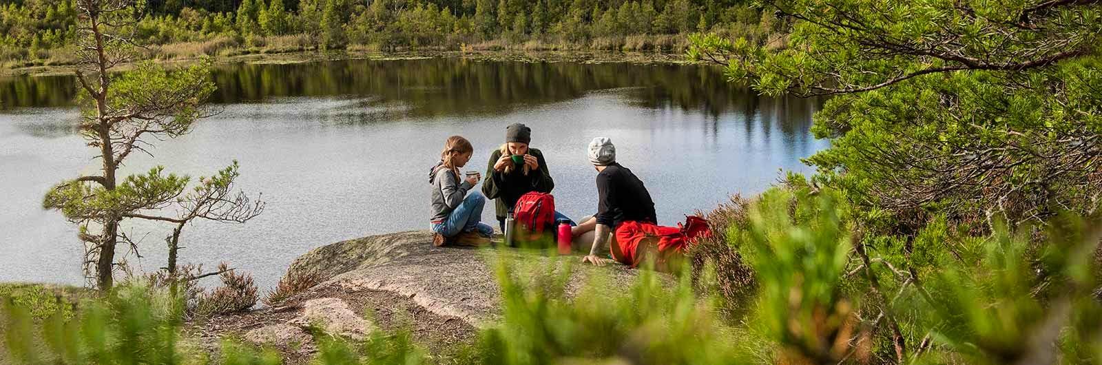 familj tar en paus längs upplandsleden