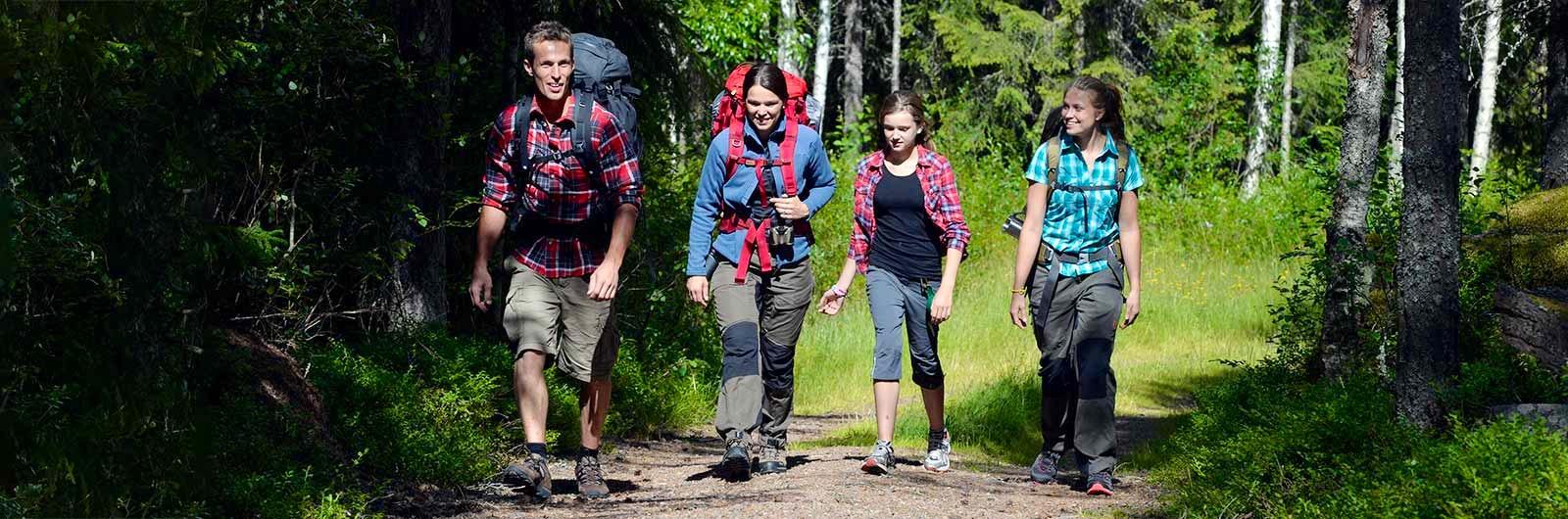 Familj som vandrar längs vasaloppsleden