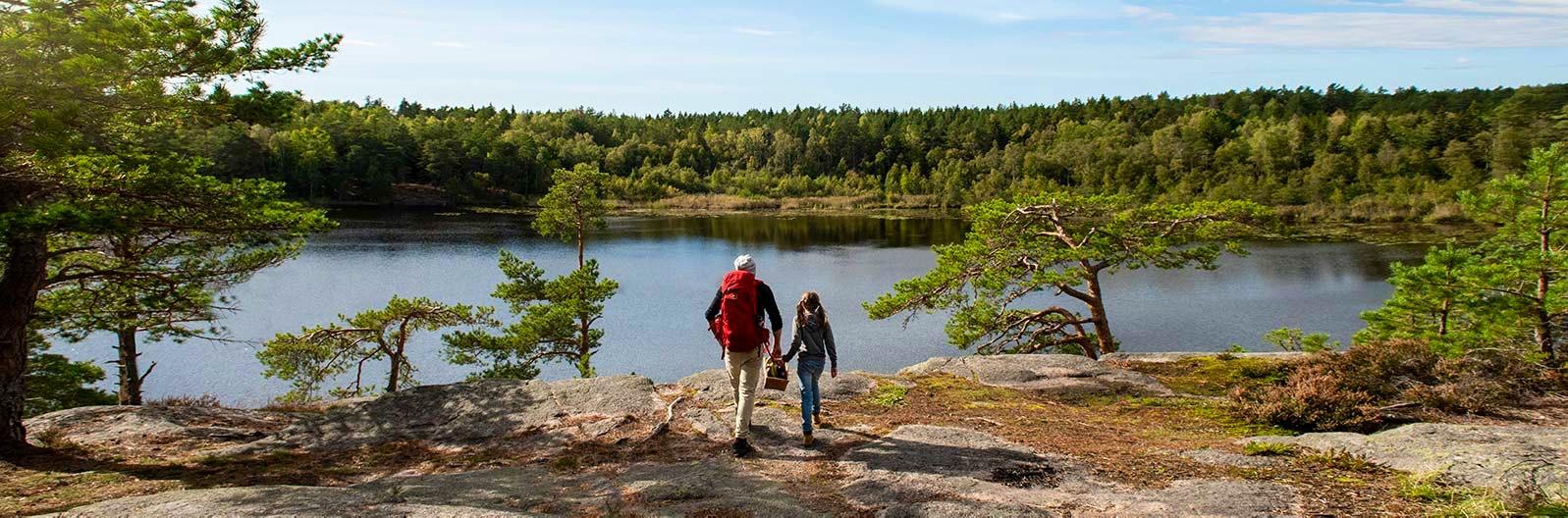 Far och dotter på vandring