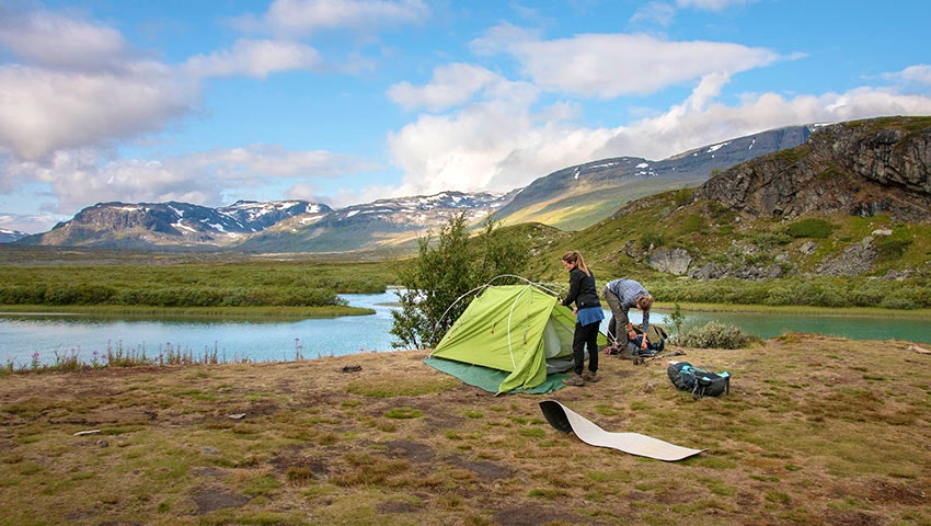 reser ett tält vid Alesjaure