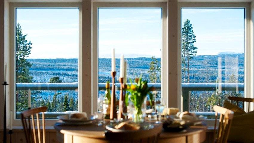 Middagsbord i Tännäskröket med utsikt över fjällen