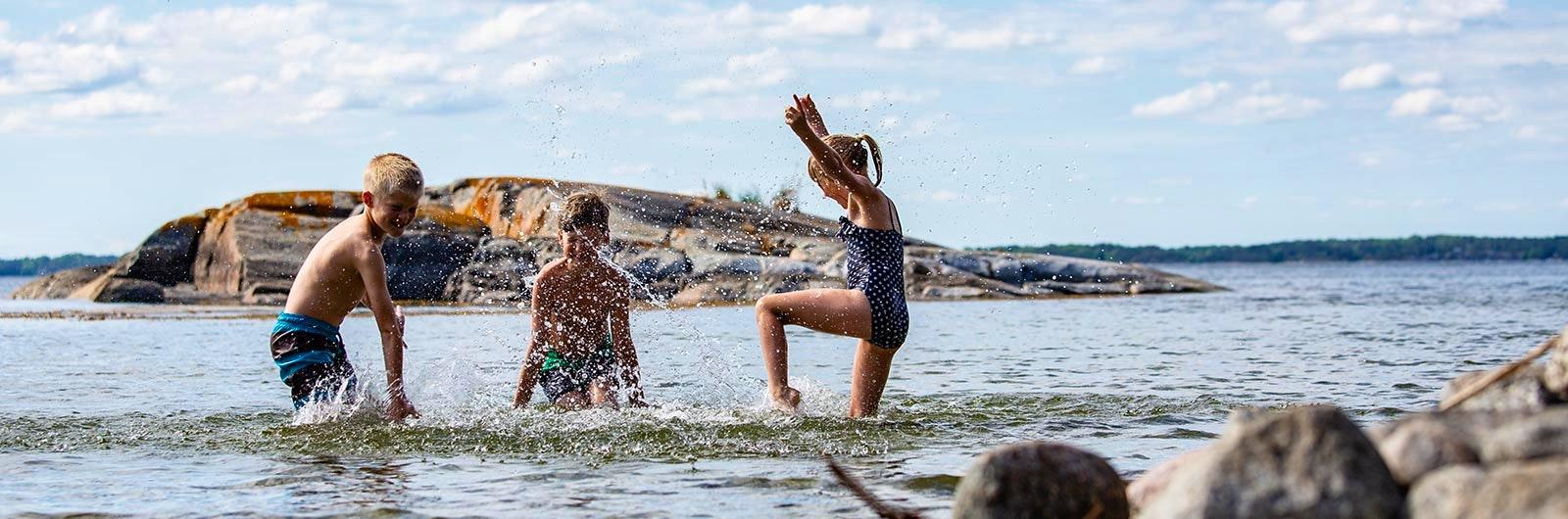 barn leker i vattnet