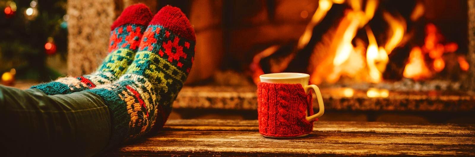 mysa framför brasa på julen