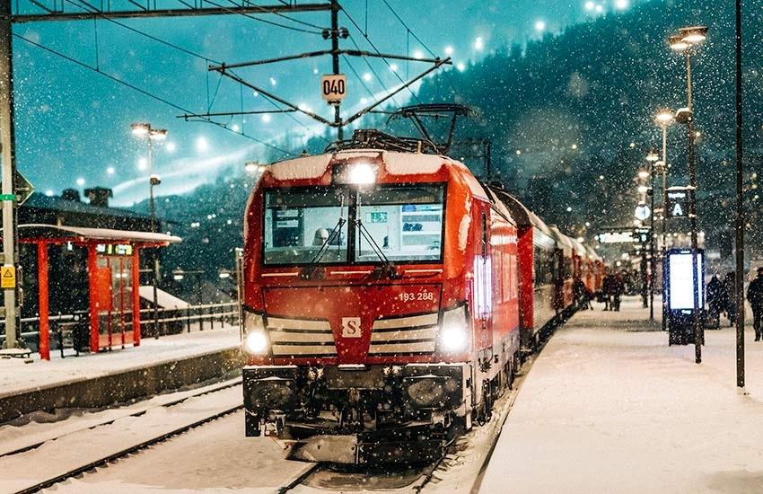 snälltåget på en station i vintern