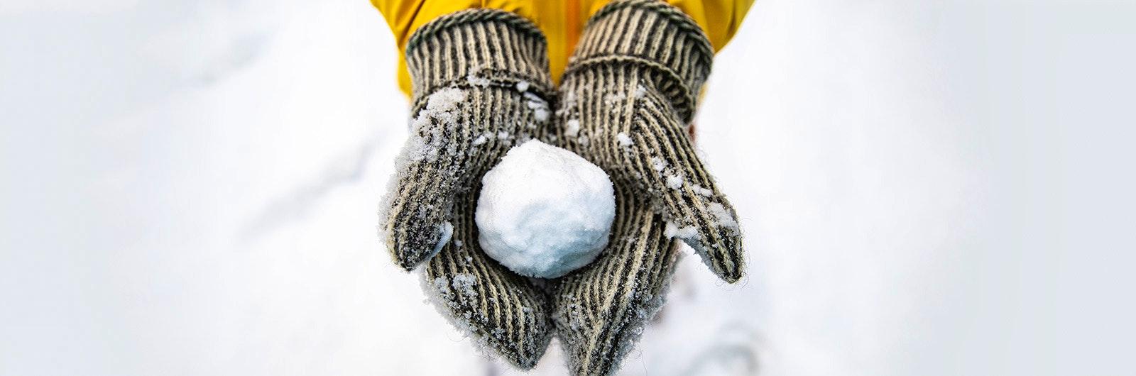 snöboll i ullvantar under vintersvemester