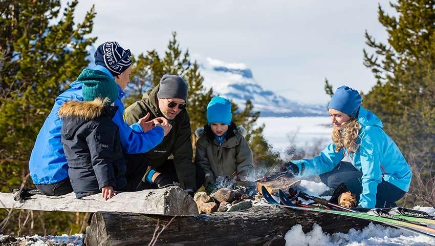 Barnfamilj i Saltoluokta på sportlovet