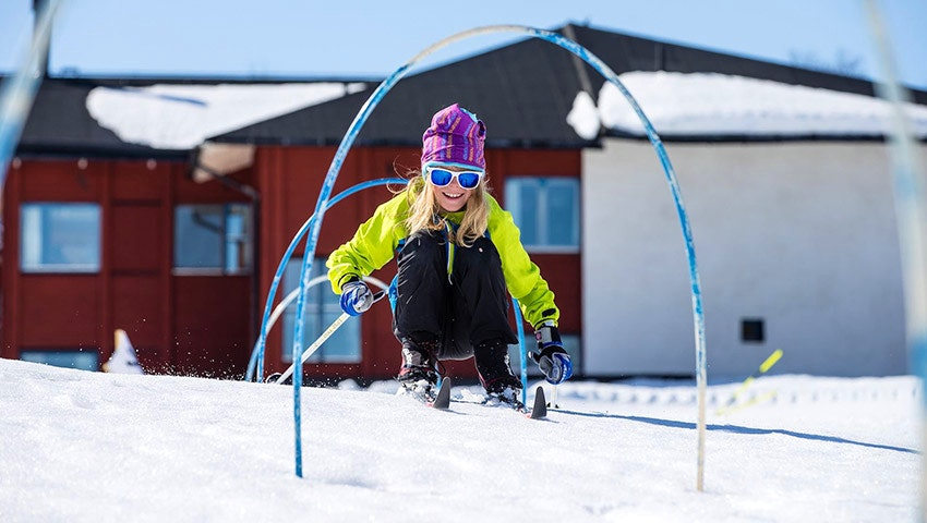 Barn åker skidor i Vålådalen på sportlov