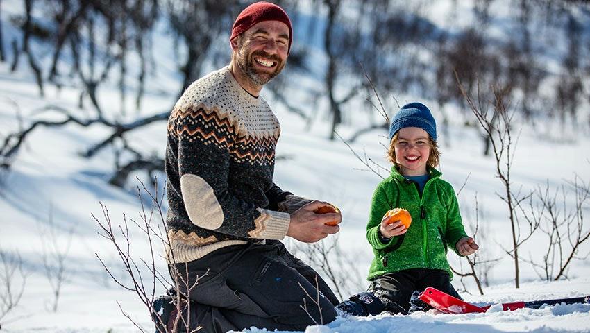 Pappa och son i Grövelsjön på vintern