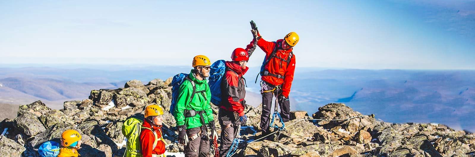 Klättrare nåt toppen av berget
