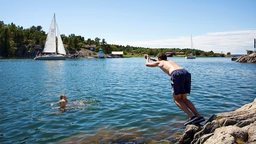 Barn som badar vid Sävö